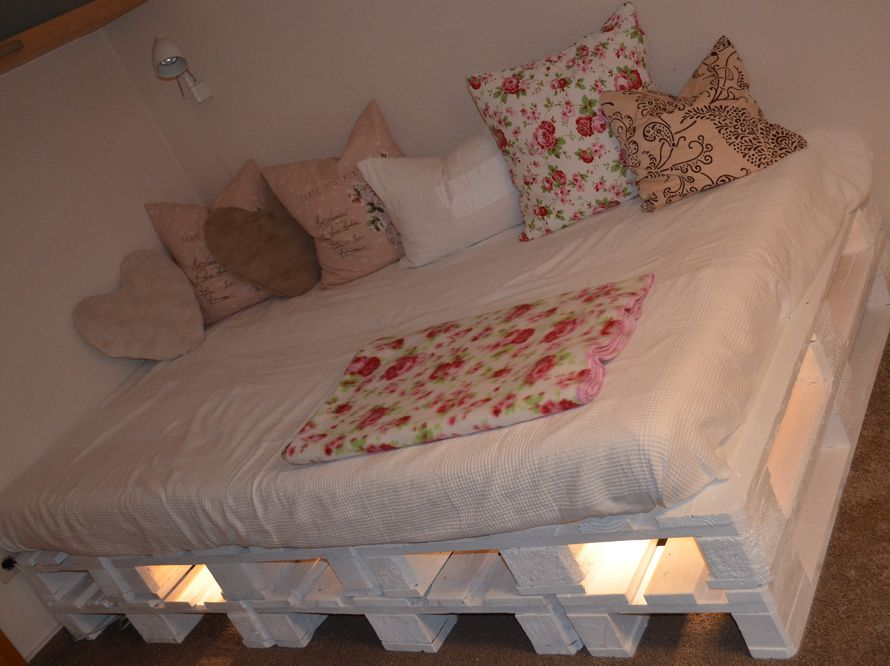 toom kreativwerkstatt palettenbett palettenlandschaft mit lichtleiste. Black Bedroom Furniture Sets. Home Design Ideas