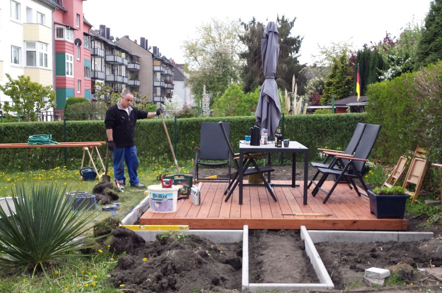 toom kreativwerkstatt eine terrasse mit umrandung grillecke und beete. Black Bedroom Furniture Sets. Home Design Ideas