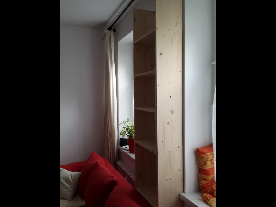 toom kreativwerkstatt b cherregal zwischen ber fenster. Black Bedroom Furniture Sets. Home Design Ideas